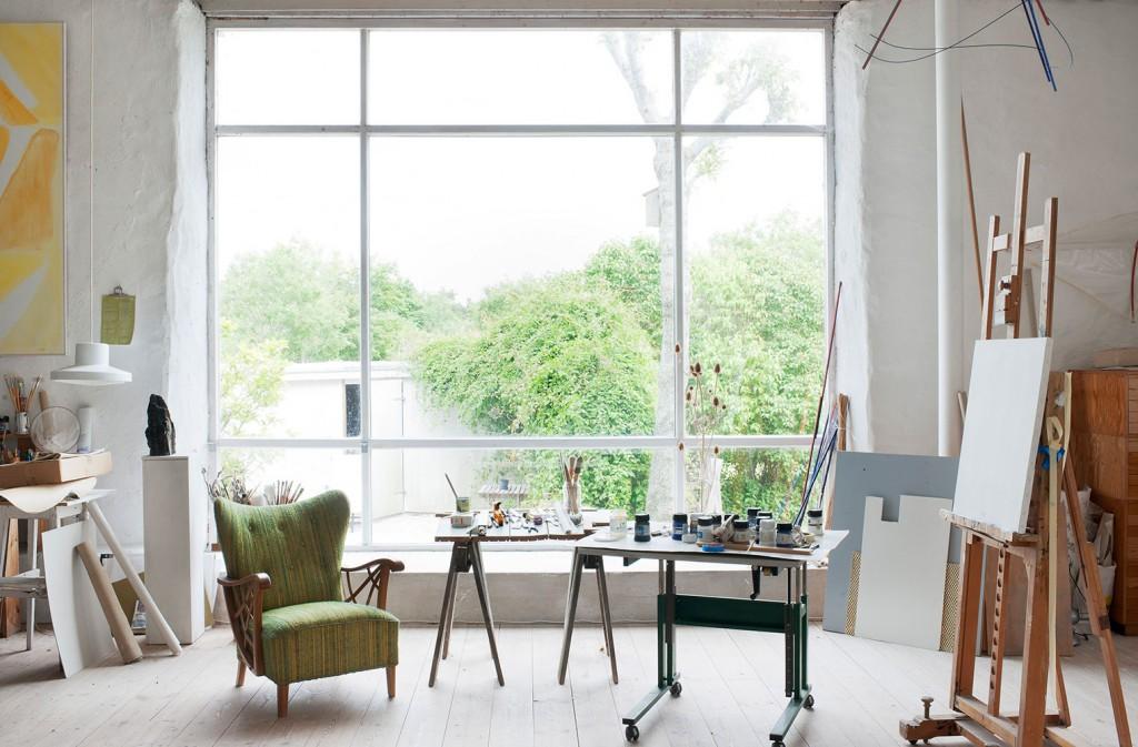 Det magnifika ateljéfönstret i Göstas arbetsrum släpper in ett bra ljus från norr.