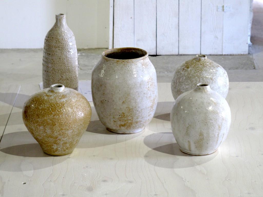 Glaserade vaser av Viveka Wallmark i ljusa nyanser.