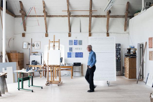Gösta Wallmark i sin ateljé som han har låtit bygga efter egna ritningar.
