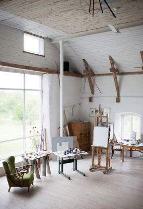 Gösta Wallmarks ateljé är mycket rymlig tack vare kalkladans generösa mått.