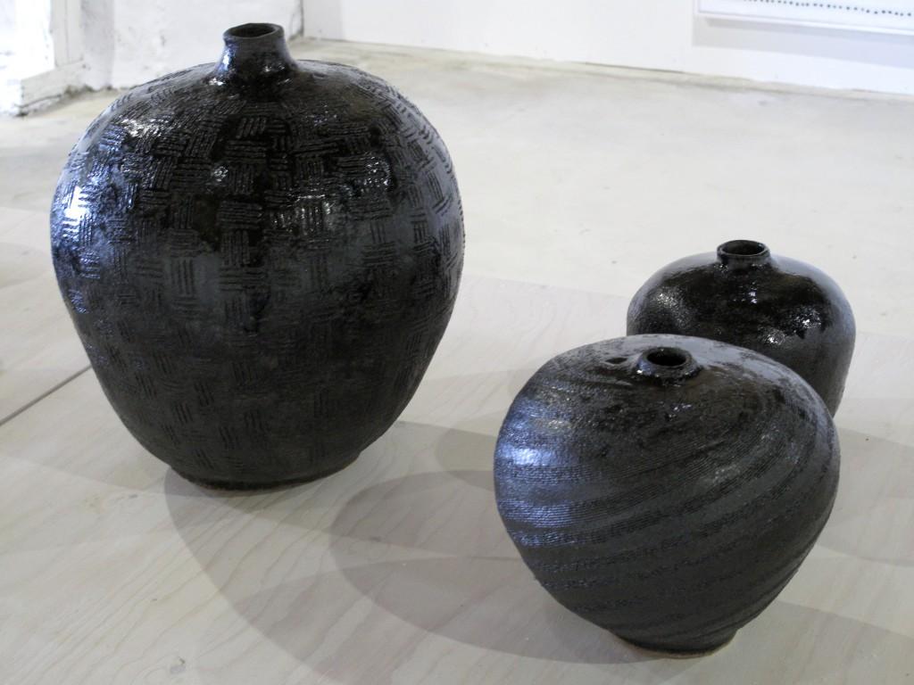 Viveka Wallmark, svarta glaserade vaser med olika ornamentik.