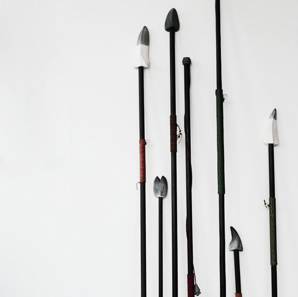 Gustaf Nordenskiöld-En samling av spjut och harpuner, 2014. Porslin, trä, klätterrep, koboltlavering. Varierande dimensioner.